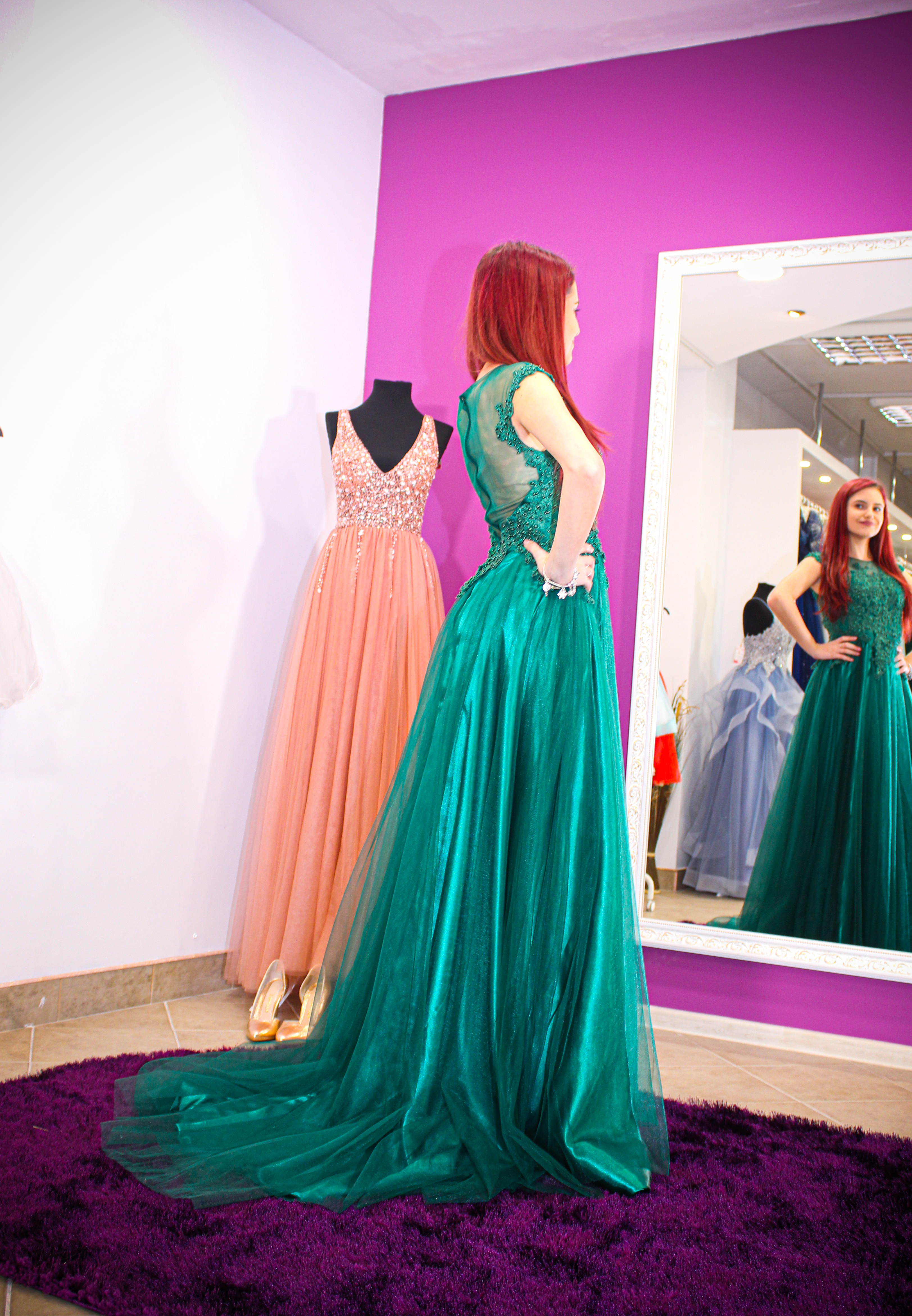 Long elegant green dress with train and lace on the bust